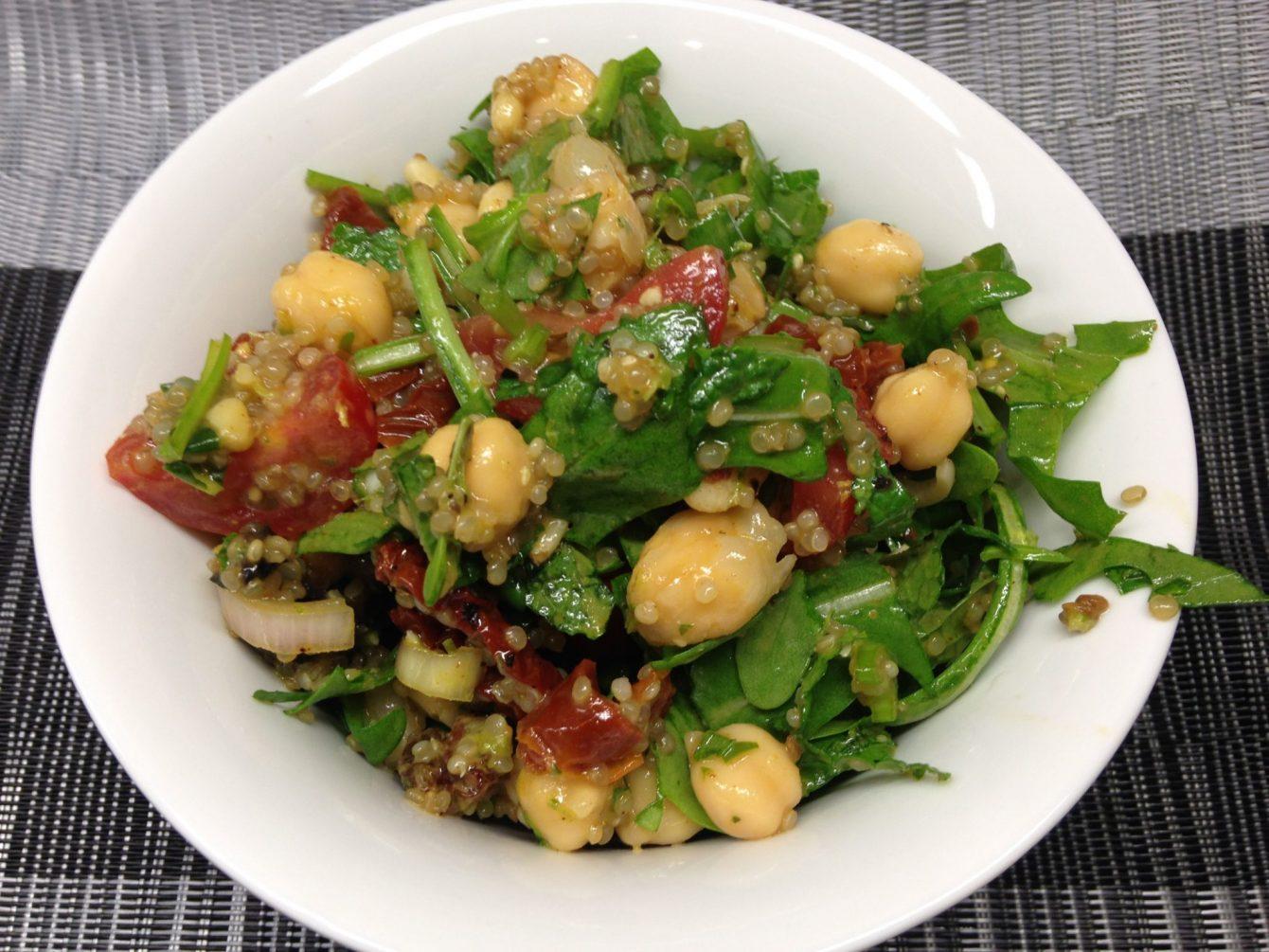kichererbsen salat mit quinoa tomaten rosinen und minze leckerlife. Black Bedroom Furniture Sets. Home Design Ideas