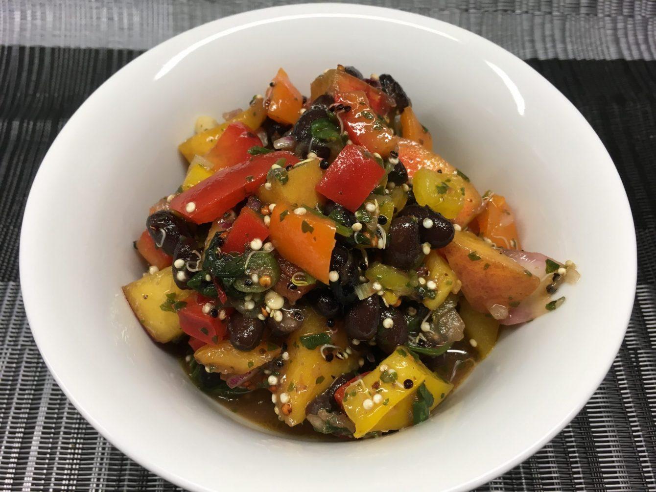 paprika pfirsich salat mit schwarzen bohnen und quinoa leckerlife. Black Bedroom Furniture Sets. Home Design Ideas